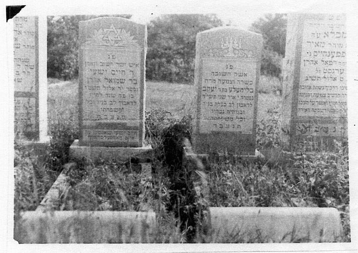 Headstones of Chaim (left) and Blumele Schotten (right).